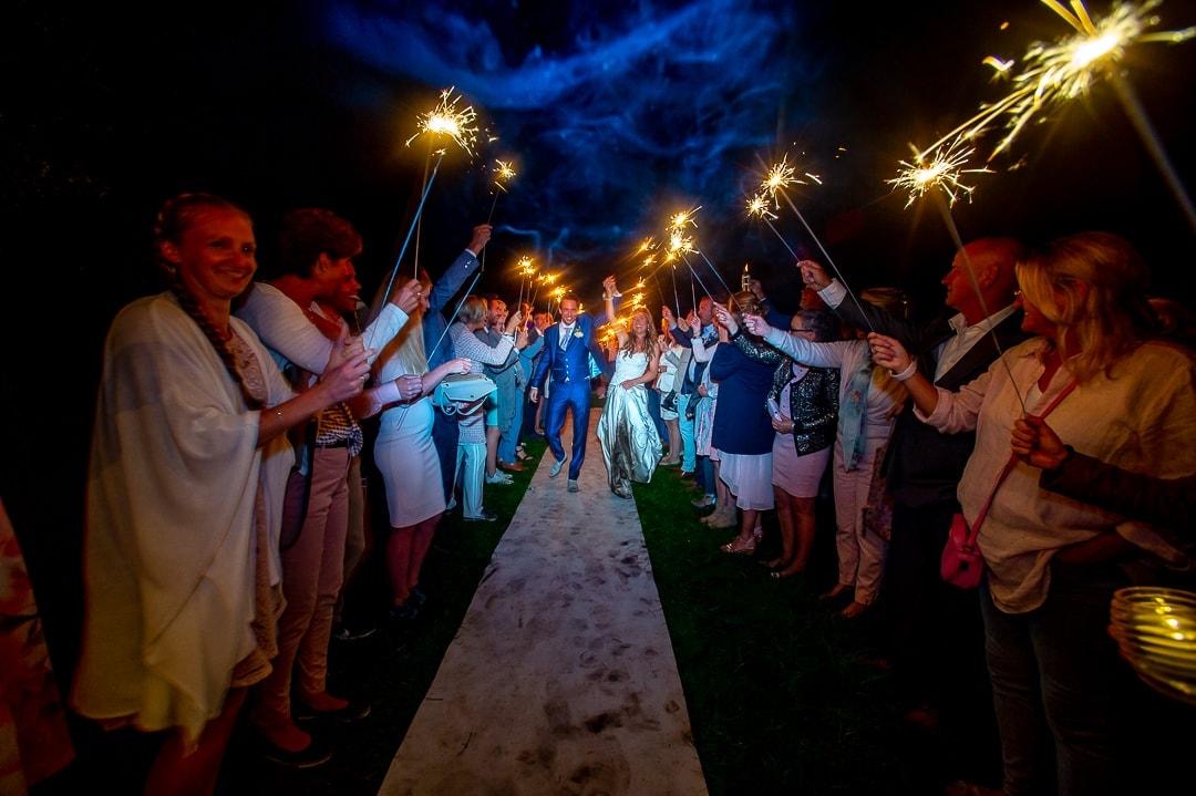 gasten zwaaien uit met sterretjes op jullie trouwdag