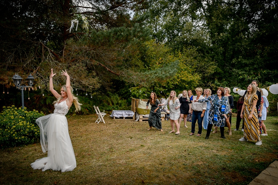 gooien van het bruidsboeket Destination wedding Hugo en Nicky trouwen in Frankrijk