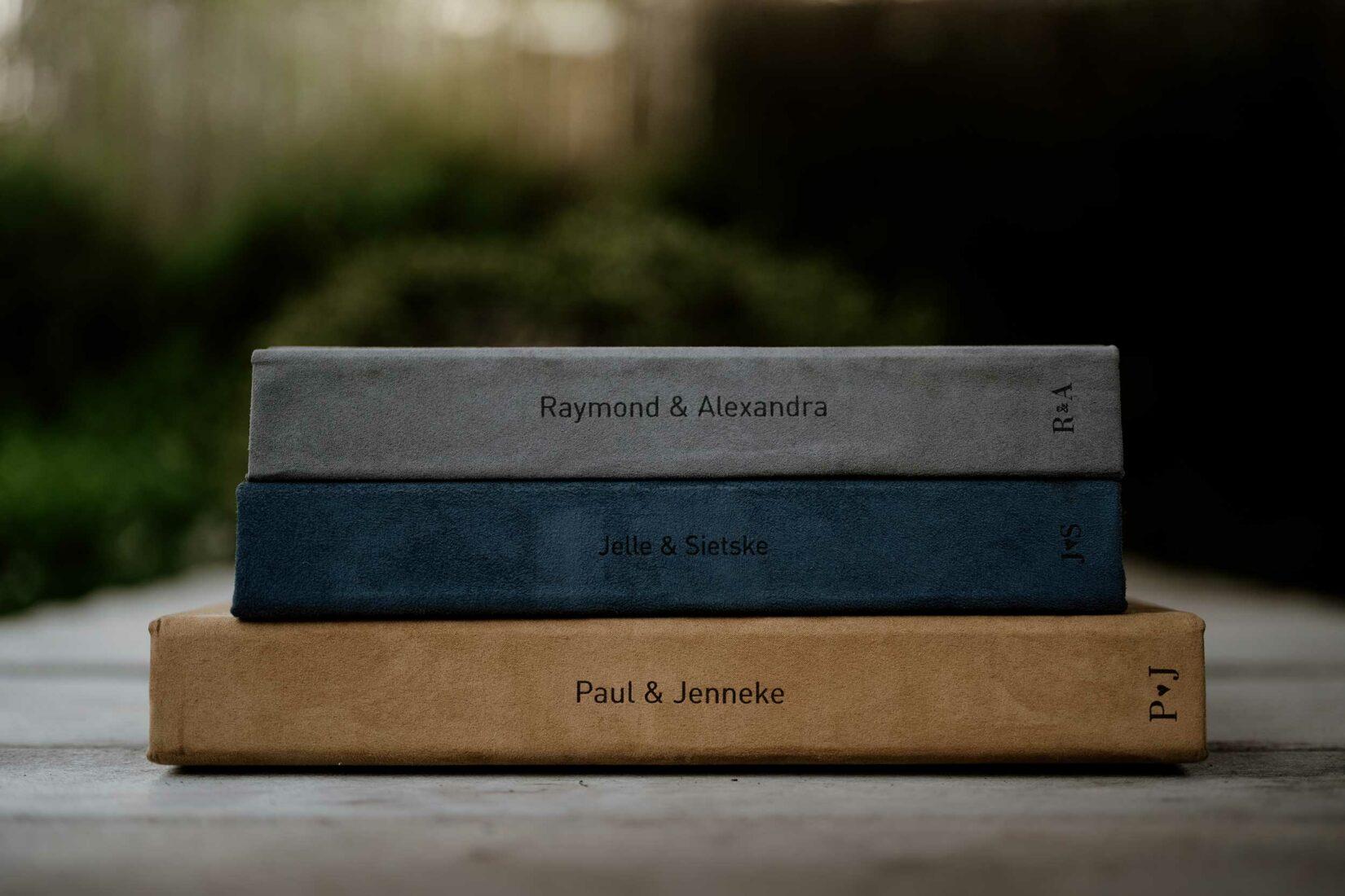 3 trouwalbums op elkaar gestapeld