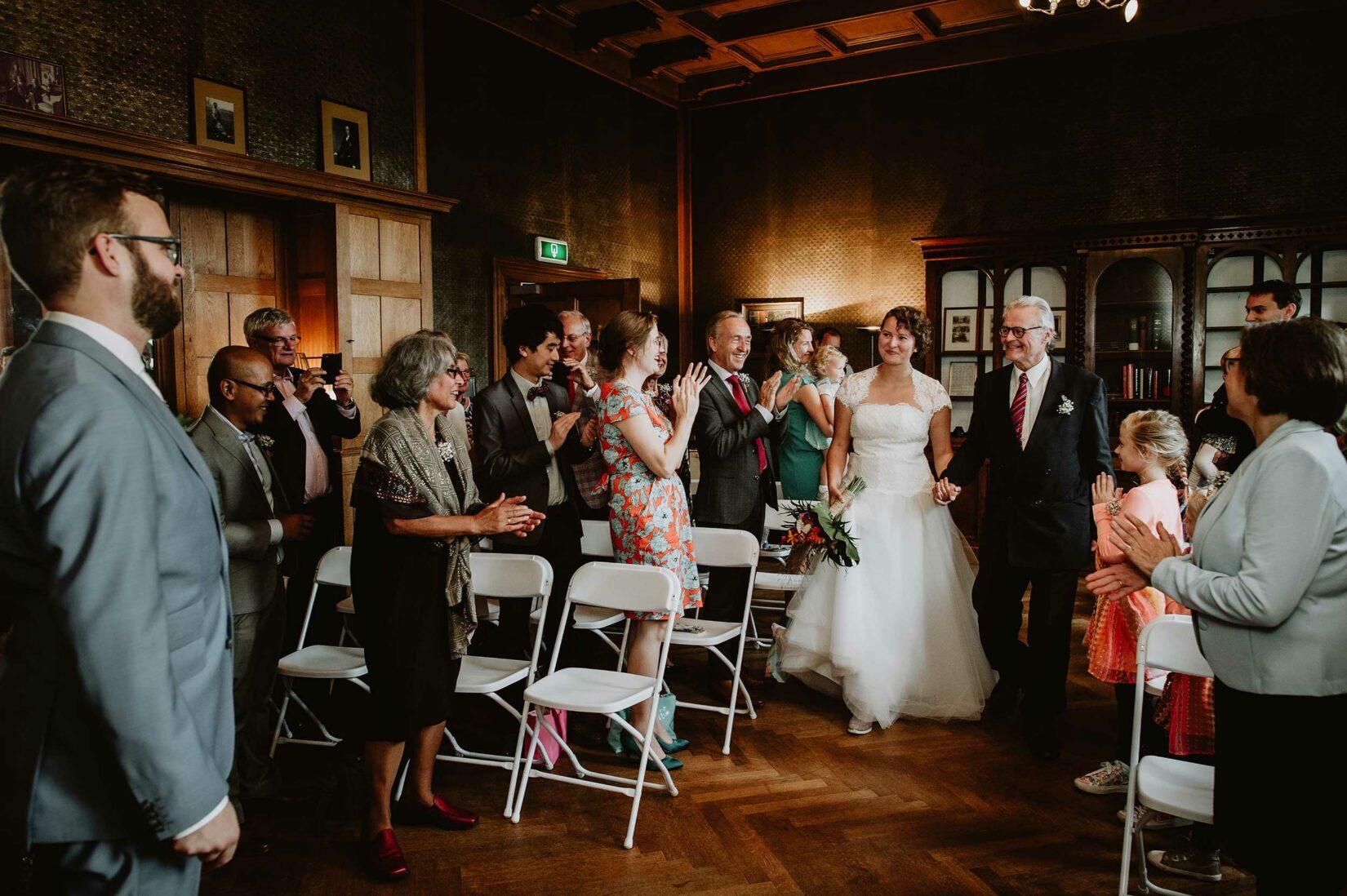 Bruid loopt bruidegom tegemoet