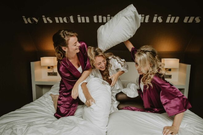 Kussengevecht tussen de bruid en vriendinnen
