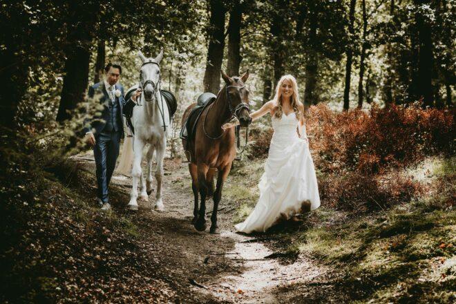 Bruid met 2 paarden in het bos