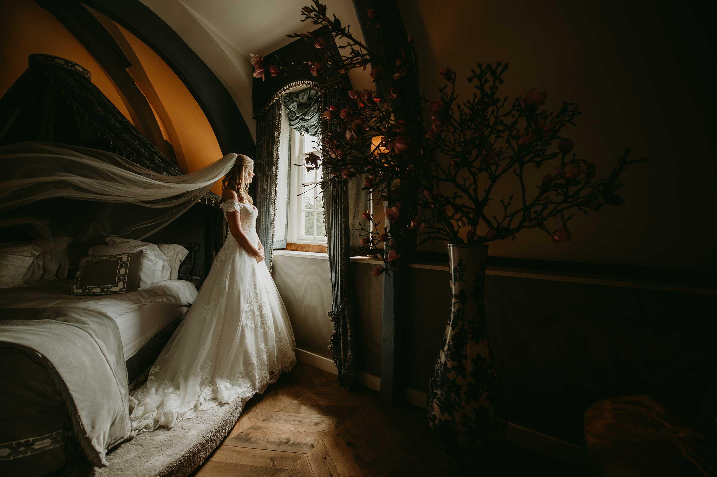 Bruid met sluier staart uit raam
